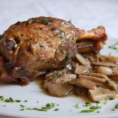 Stinco di maiale cotto al forno con funghi porcini